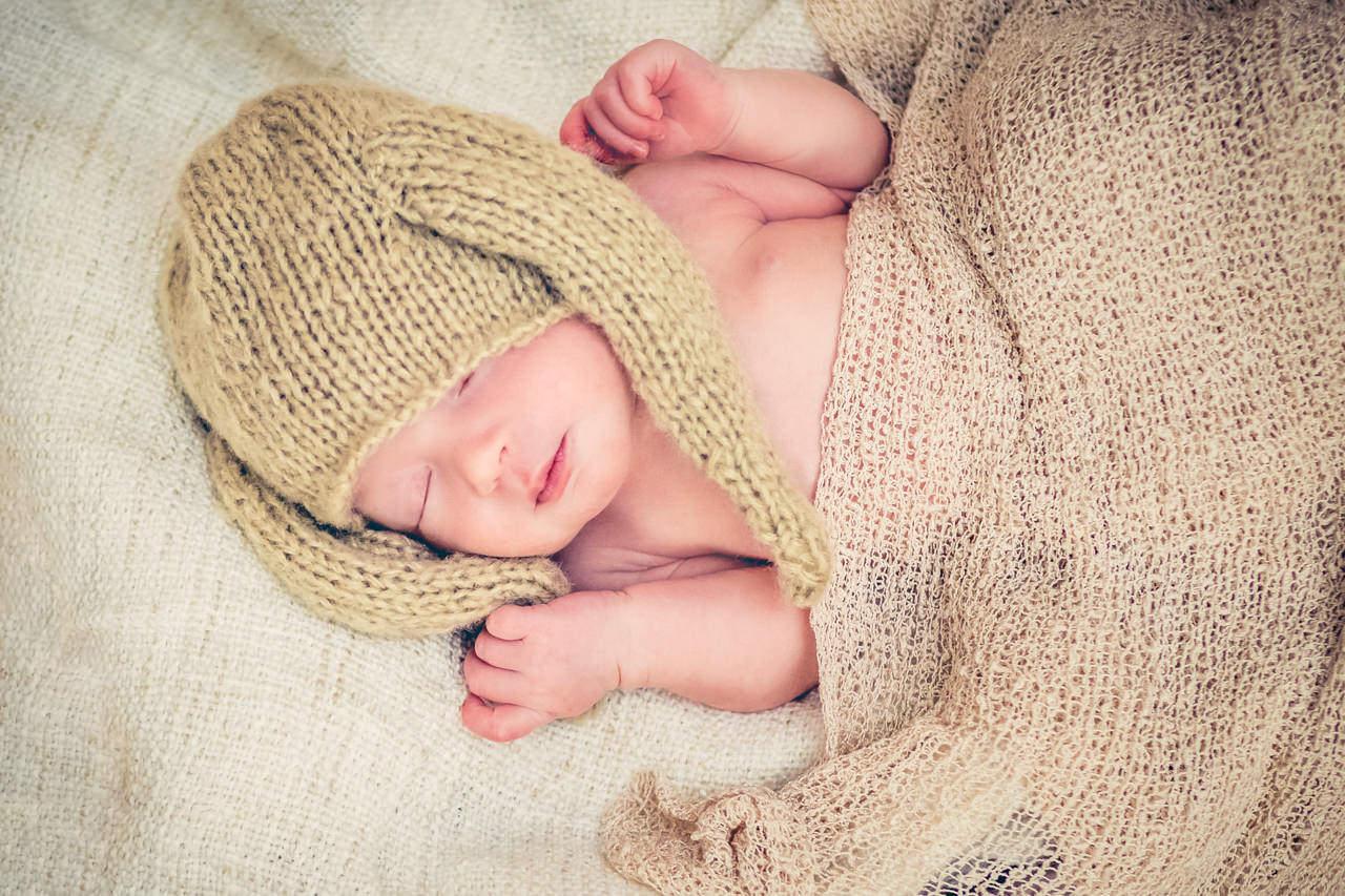 Babyfotograf Dresden Newborn mit Hasenmütze