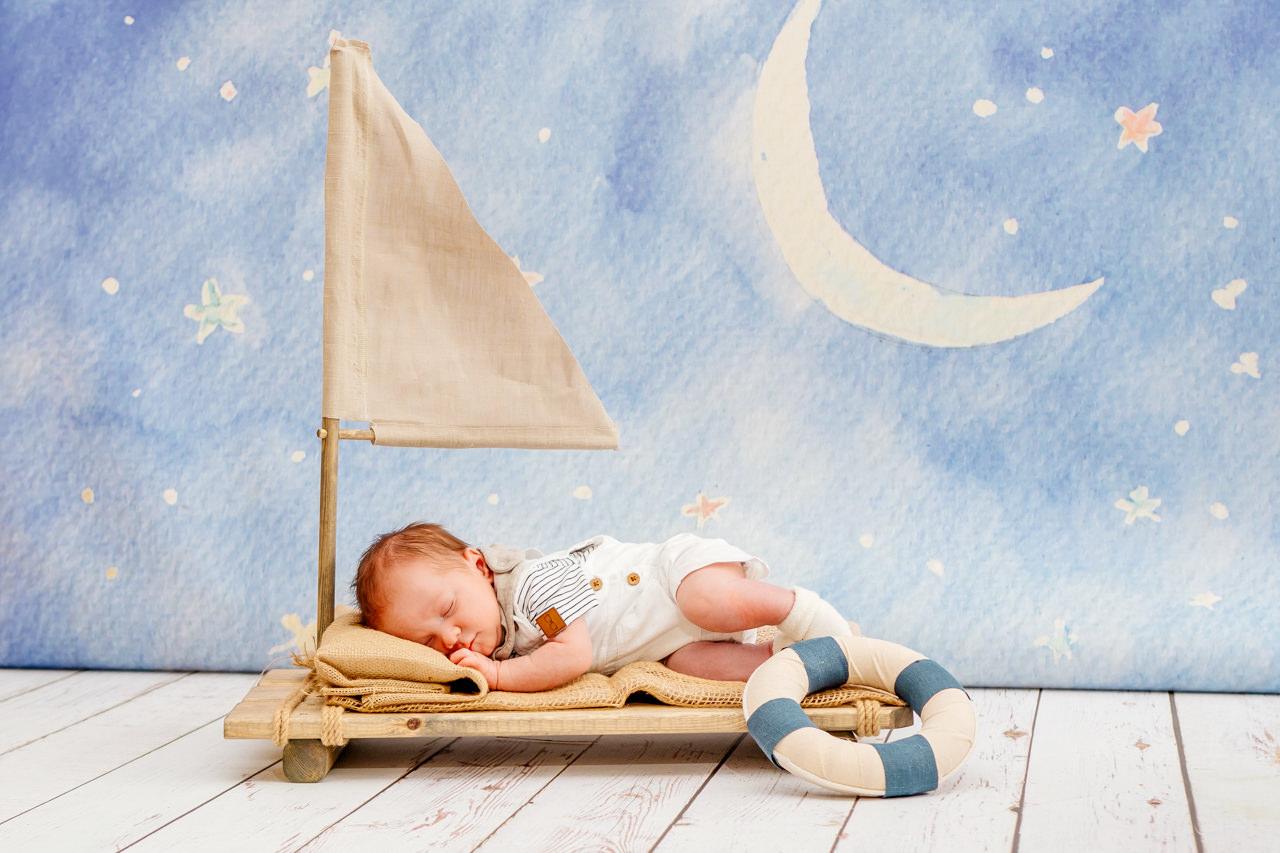 Babyfotos Dresden Newborn schläft im Boot