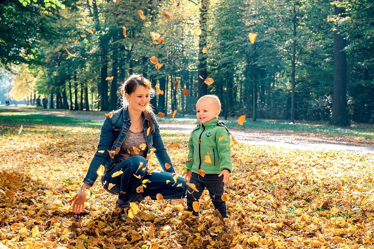 Mutter und Sohn im Herbst Familienfotos Dresden